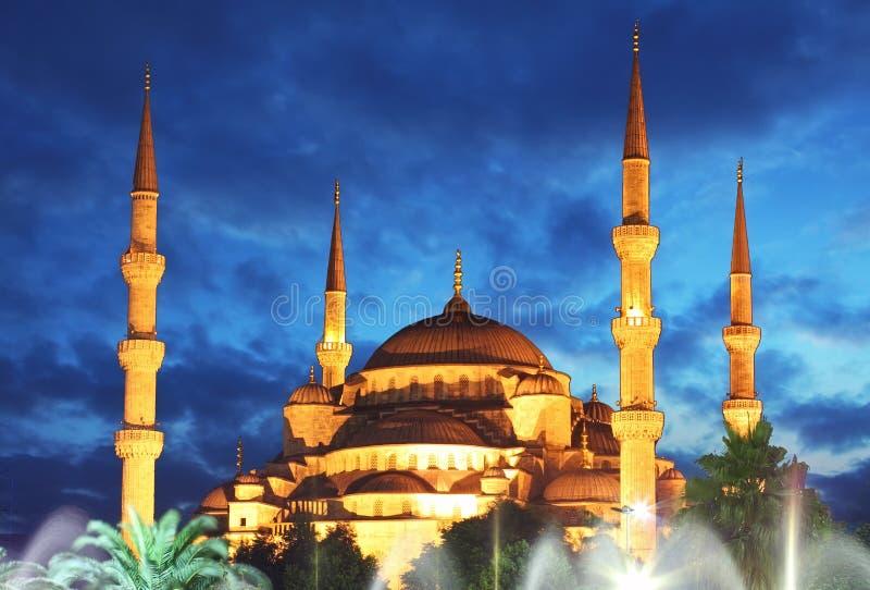 Mosquée bleue la nuit à Istanbul - en Turquie photos libres de droits