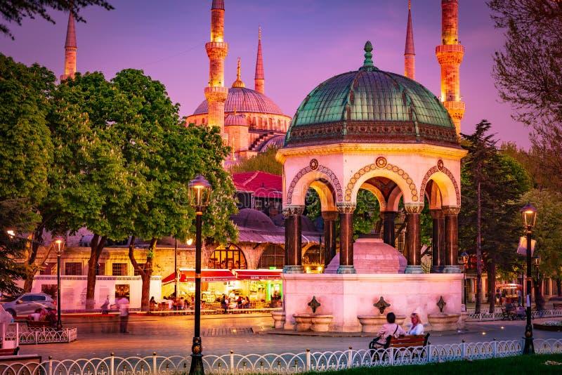 Mosquée bleue la nuit avec l'illumination d'or Mosquée de Sultanahmet Camii avec six minarets photos stock