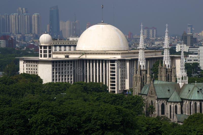 Mosquée d'Istiqlal et église de cathédrale images libres de droits