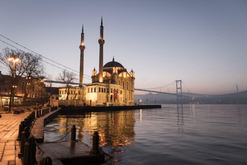 Mosquée de Buyuk Mecidiye dans le secteur d'Ortakoy, Istanbul, Turquie photographie stock libre de droits