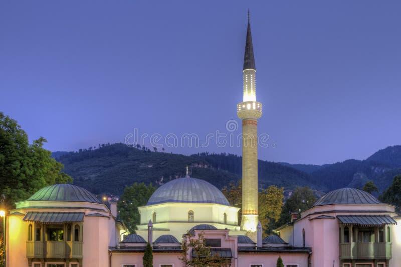 Mosquée de l'empereur à Sarajevo sur les rives du fleuve Milyacka, Bosnie-Herzégovine photographie stock libre de droits
