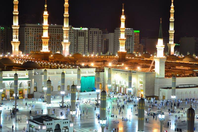 Mosquée de Nabawi dans Medina à la fin de nuit vers le haut image stock
