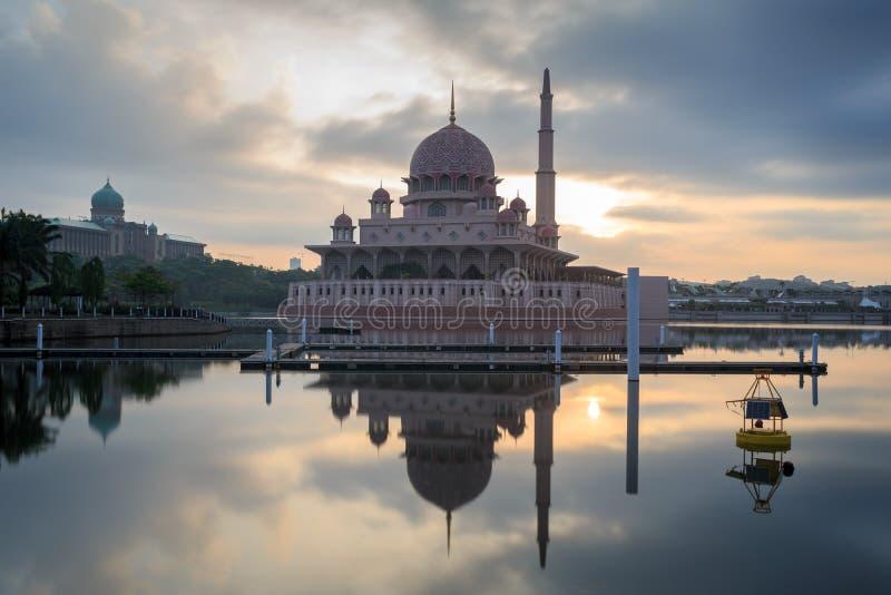Mosquée de Putra de la vue de bord de lac photos stock