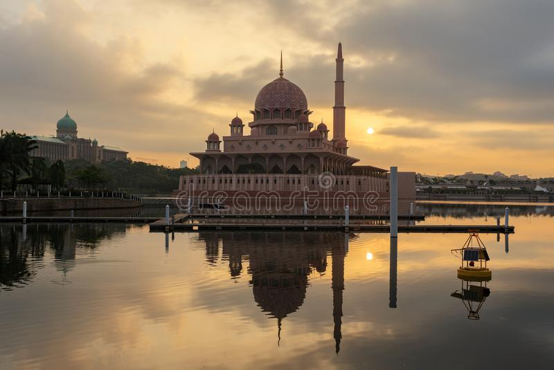 Mosquée de Putra de la vue de bord de lac photographie stock libre de droits