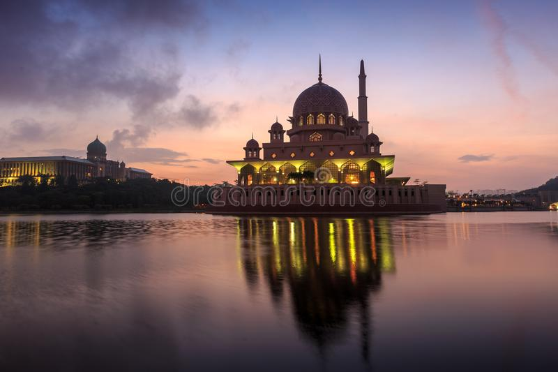 Mosquée de Putra de la vue de bord de lac photo stock