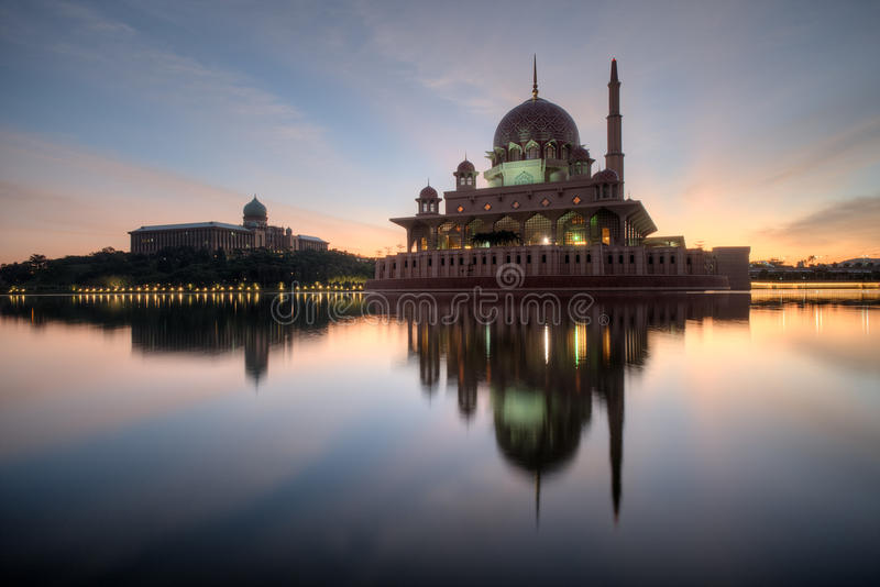 Download Mosquée De Putra, Putrajaya Malaisie Image stock - Image du lumières, horizontal: 76075329