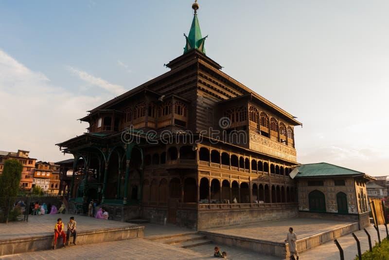 Mosquée de Shah E Hamdan en dehors des gens à angles photos stock