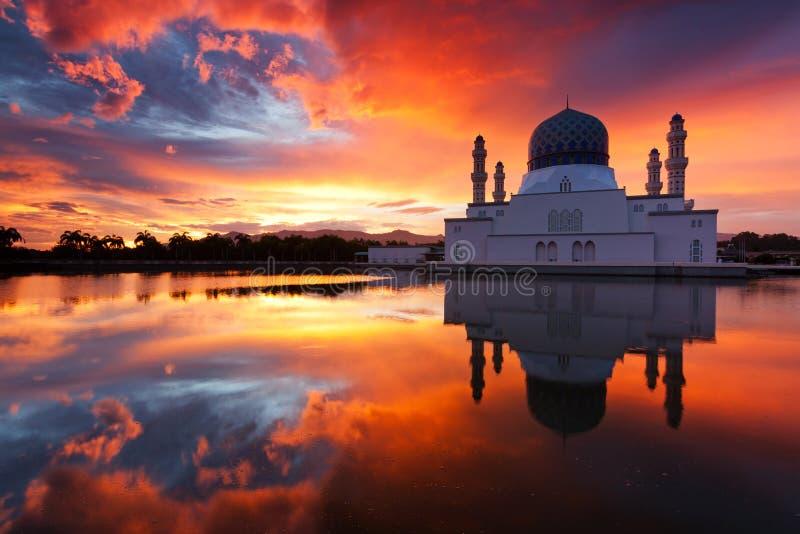 Mosquée de ville de Kota Kinabalu au lever de soleil dans Sabah, Malaisie image libre de droits
