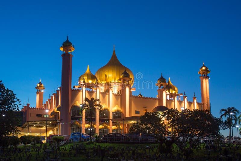 Mosquée de ville de Kuching (Masjid Bahagian) la nuit, Sarawak, images libres de droits