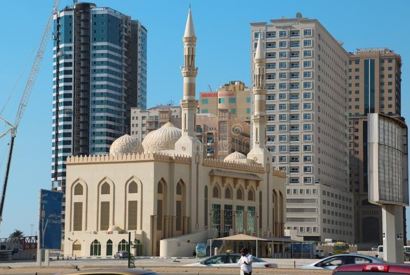Mosquée et bâtiments de ville du Charjah aux Emirats Arabes Unis photo libre de droits