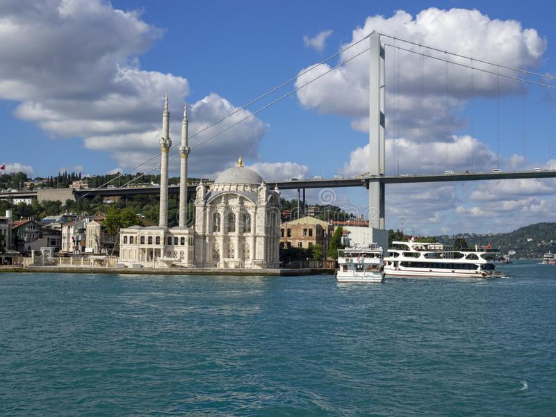 Mosquée et pont d'Ortakoy de ferry images stock