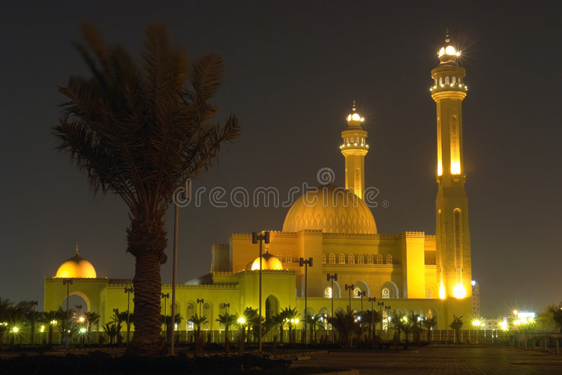 Mosquée grande d'Al-Fateh au Bahrain - scène de nuit photos libres de droits