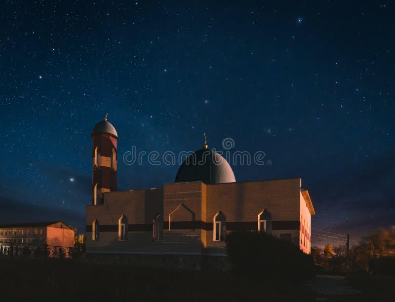 Mosquée lumineuse à la nuit avec le ciel et les étoiles fantastiques photo libre de droits