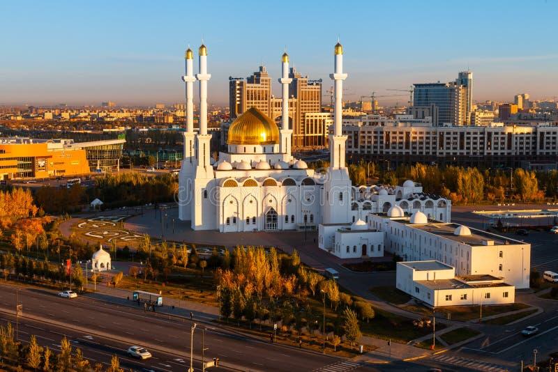 05 10 Mosquée 2011 Nur-Astana dans des rayons de lumière du soleil de matin, Astana, Nur-sultan, Kazakhstan, vue supérieure panor images stock