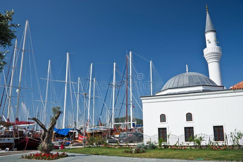 Mosquée sur le port de Bodrum image stock