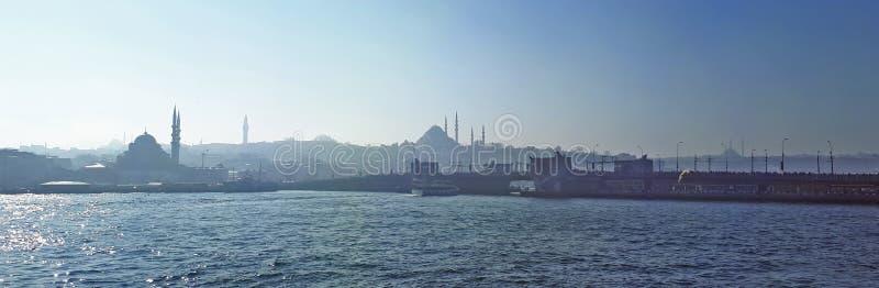 Mosquées d'Istanbul et silhoutte de pont de galata photo stock