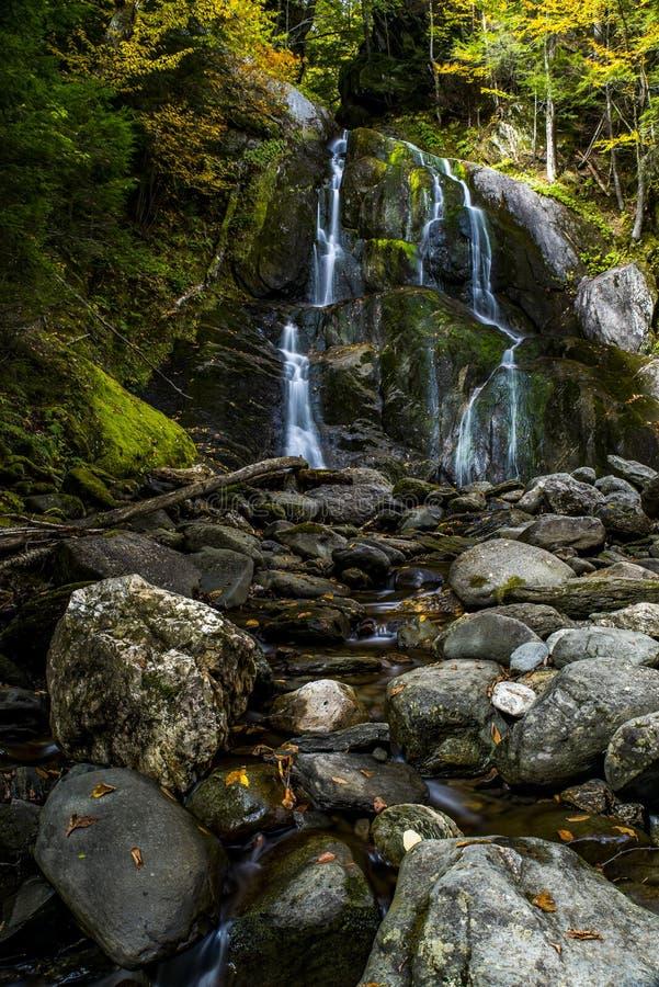 Moss Glen Falls - cascada y caída/Autumn Colors - Vermont fotos de archivo