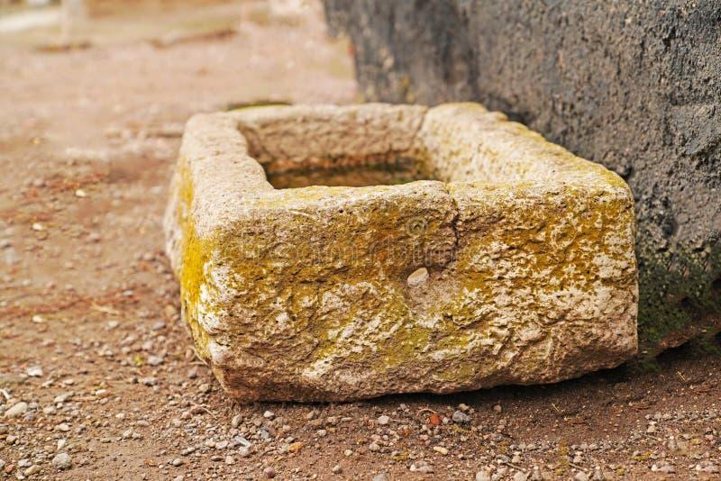 Mossa täckt stenvattenho arkivfoton