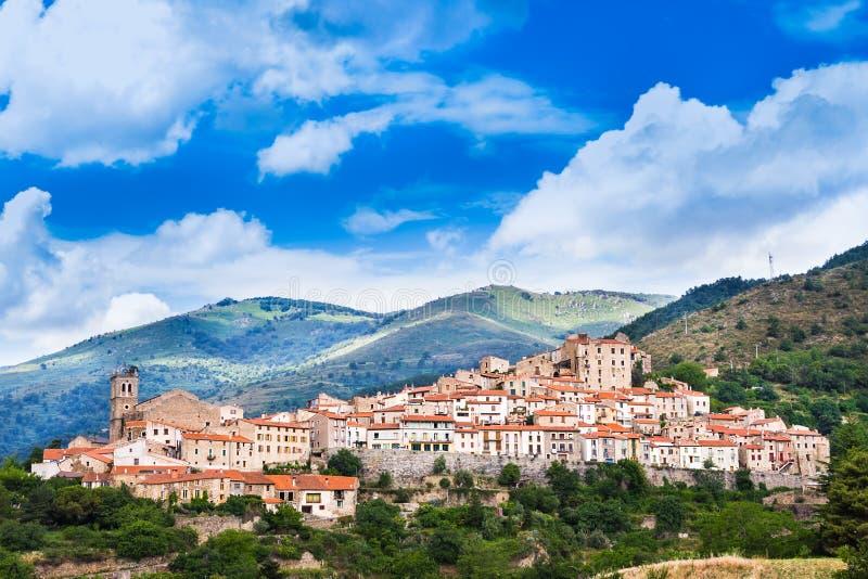 Mosset liten och pittoresk fransk by, medlem av Les plus Beauxbyar de Frankrike de mest härliga byarna av Frankrike Mo arkivbilder