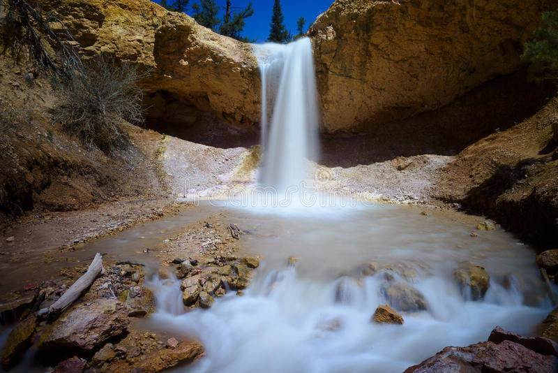 Mossig grottavattenfall royaltyfri fotografi