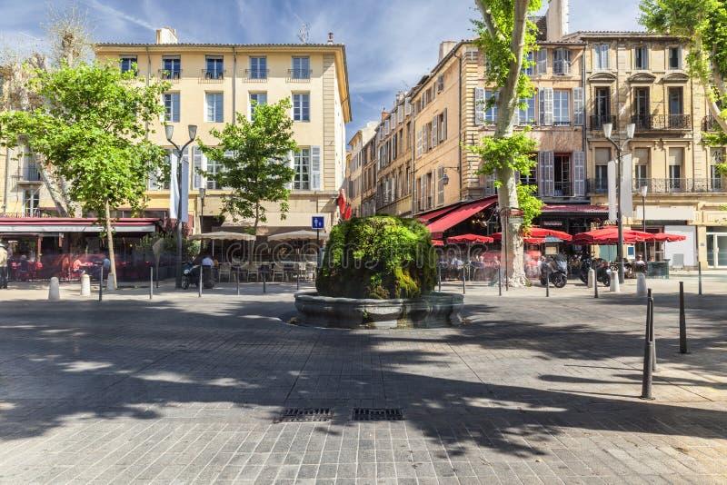 Mossig springbrunn på Coursen Mirabeau i Aix en Provence arkivfoto