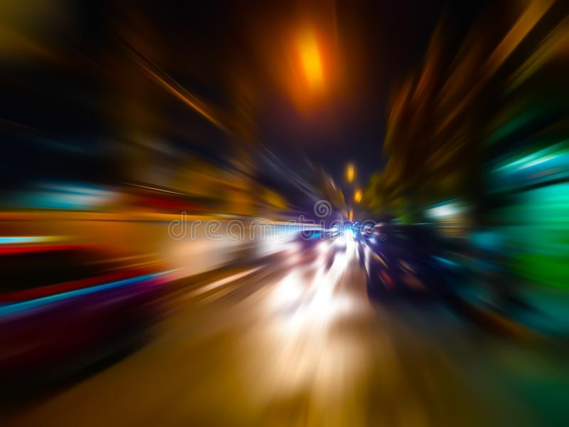 Mosso astratto di velocità in città sulla strada di notte e sulla luce al neon immagini stock