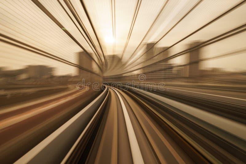 Mosso del treno che si muove a Tokyo, Giappone fotografie stock libere da diritti