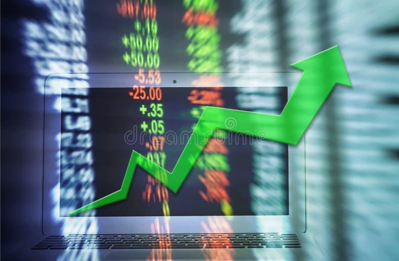 Mosso della linea grafico alta della freccia di tendenza con il taccuino del computer per commercio sul fondo di riserva vago del fotografia stock