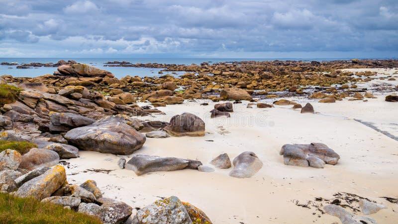 Mossteen en kustlijn in Brittany Bretagne, Frankrijk stock afbeeldingen