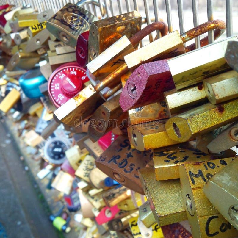 Most arcybiskupstwo Pont De L «Archevêché miłości kędziorka most blisko Notre Damae w Paryż, Francja fotografia royalty free