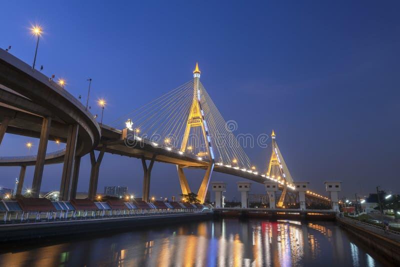 Most Bhumibol na niebieskim niebie fotografia stock