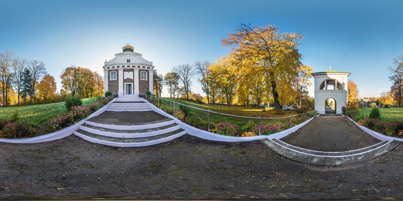 MOST BIAŁORUŚ, PAŹDZIERNIK, -, 2018: Pełni bezszwowi panoramy 360 kąta stopnie blisko małego ortodoksyjnego kościół w jesieni upr obrazy stock