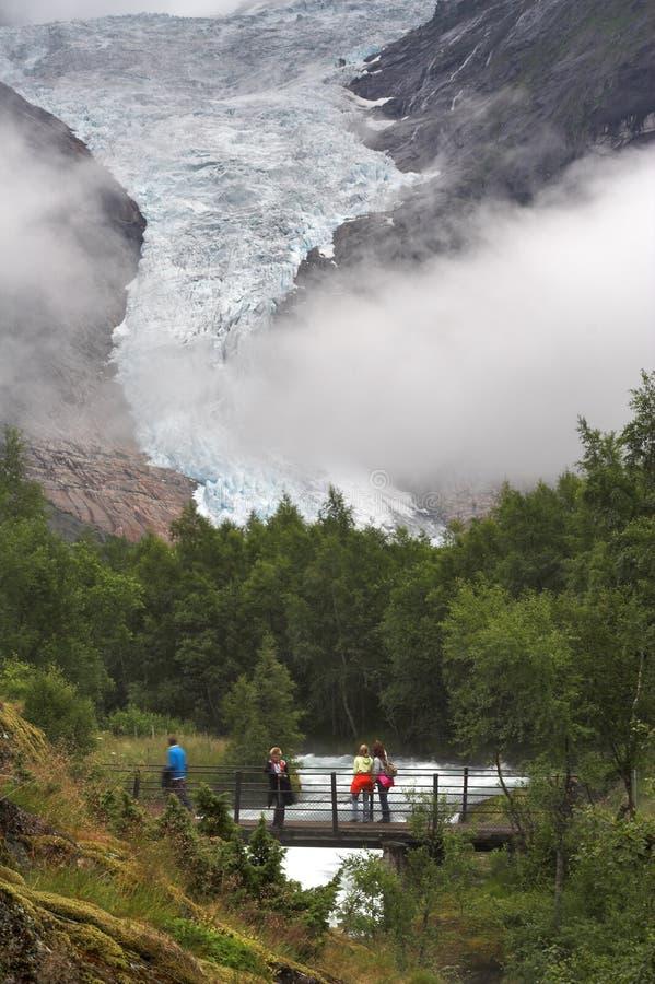 most briksdal lodowiec nad strumieni turystów fotografia royalty free