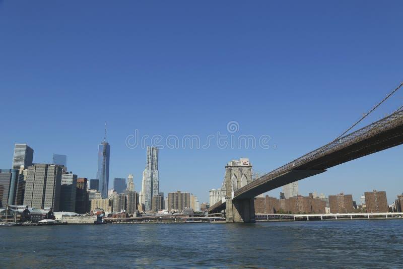 Most Brooklyński i Freedom Tower w lower manhattan. zdjęcie stock