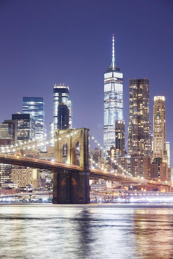 Most Brooklyński i Manhattan linia horyzontu przy nocą, NY zdjęcia stock