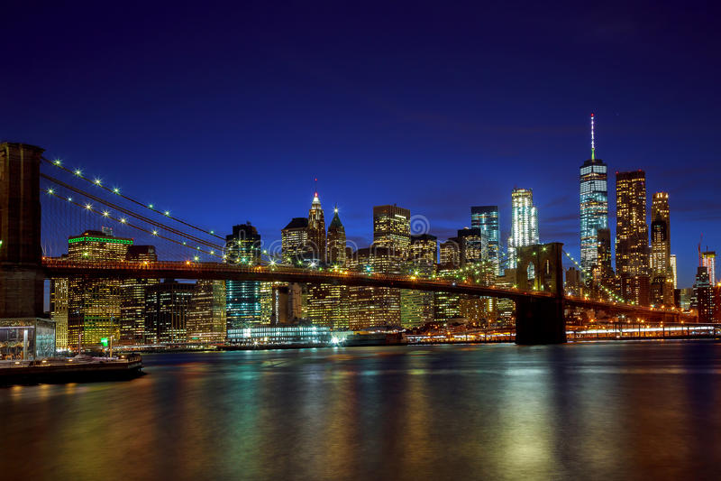 Most Brooklyński i Manhattan linii horyzontu noc, Miasto Nowy Jork obraz royalty free