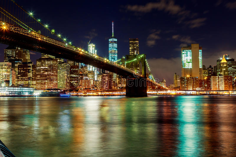 Most Brooklyński i Nowy Jork miasta linia horyzontu przy nocą brać obraz royalty free