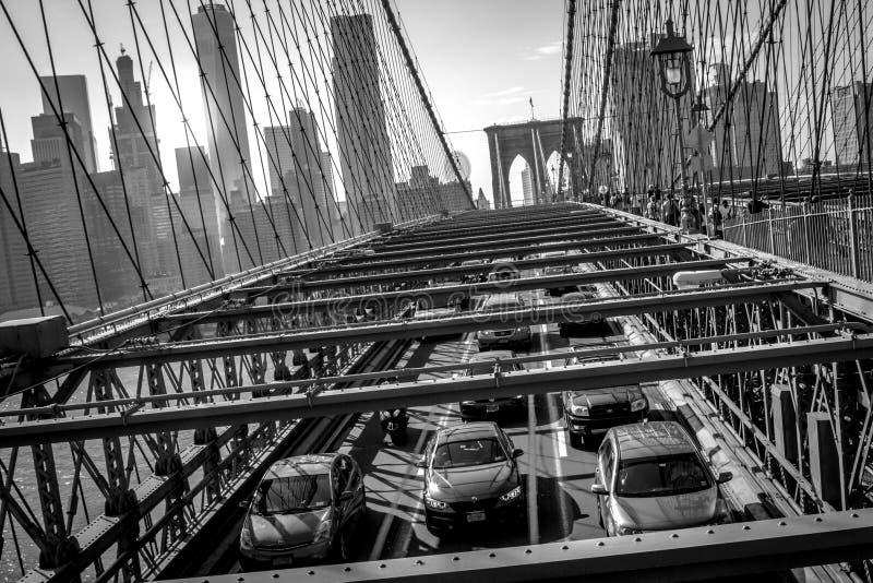 Most Brooklyński przy zmierzchem z ruchem drogowym w w centrum Manhattan Nowym zdjęcia royalty free