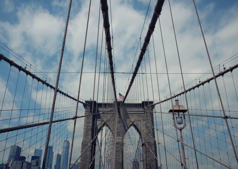 Most Brooklyński w Miasto Nowy Jork blisko lily farbuje miękki na widok wody fotografia stock