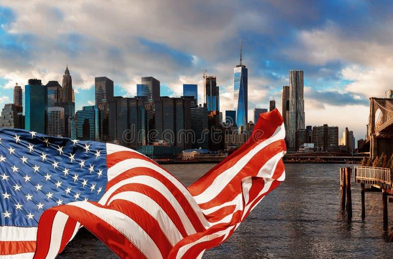 Most Brooklyński w Miasto Nowy Jork Manhattan i flagi amerykańskiej lataniu zdjęcia stock