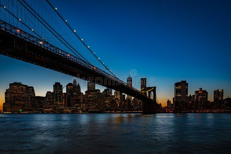 Most Brooklyński, widzieć od Dumbo parka po zmierzchu, podczas obraz royalty free