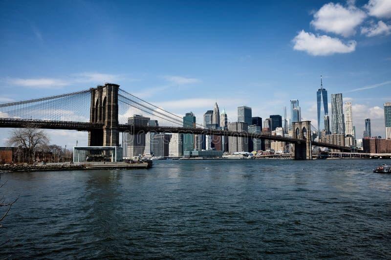 Most Brooklyński z Miasto Nowy Jork linią horyzontu fotografia stock