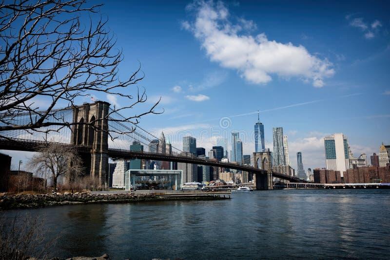 Most Brooklyński z Miasto Nowy Jork linią horyzontu obrazy stock