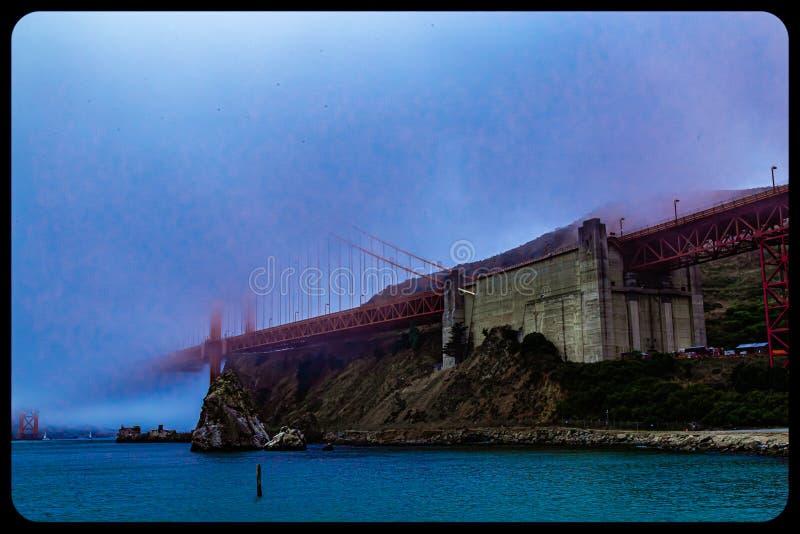Most Golden gate w San Francisco prawie całkowicie pokryty mgłą zdjęcie royalty free