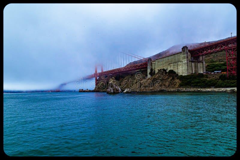 Most Golden gate w San Francisco prawie całkowicie pokryty mgłą zdjęcie stock