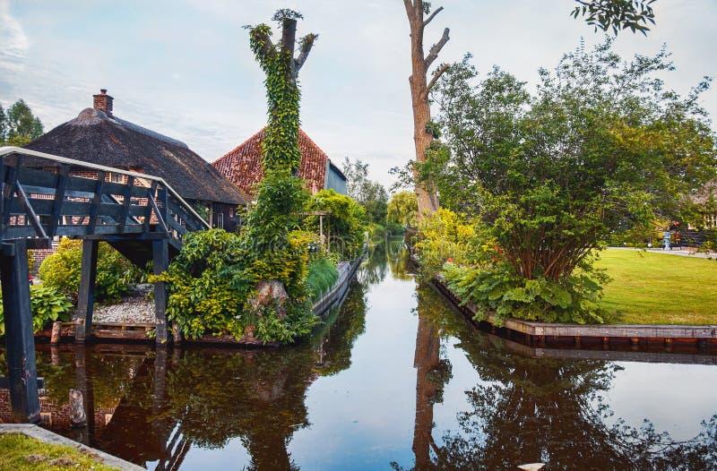 Most i rzeka w starej holenderskiej wiosce, Giethoorn fotografia stock