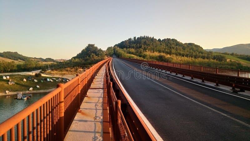 Most Jeziorny Castreccioni, Cingoli, Macerata, Włochy zdjęcia royalty free