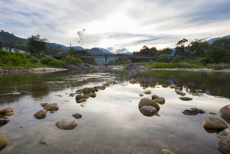 Most, krajobraz kiriwong najlepszy ozon wioska w nakho zdjęcia royalty free