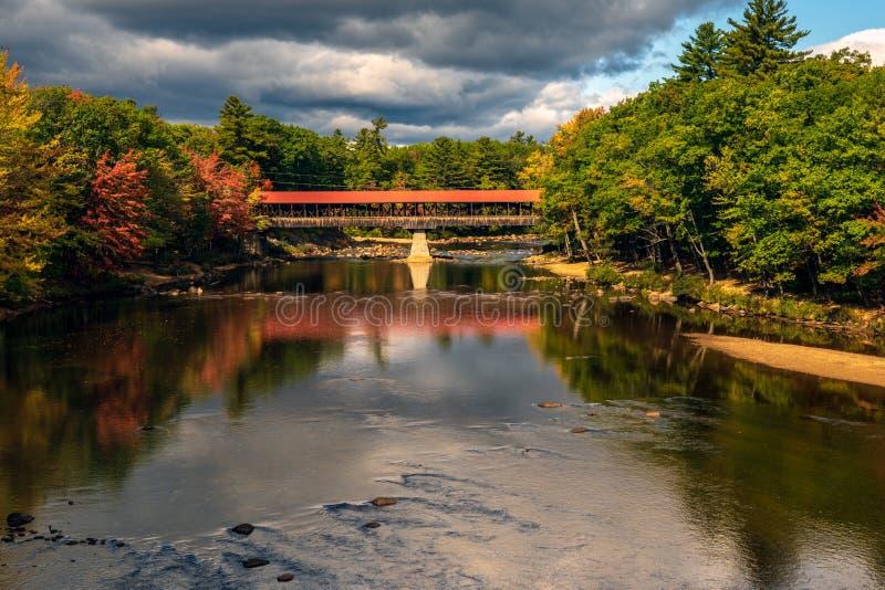 Most kryty nad rzeką Saco, Conway, Hew Hampshire, jesienią zdjęcia royalty free