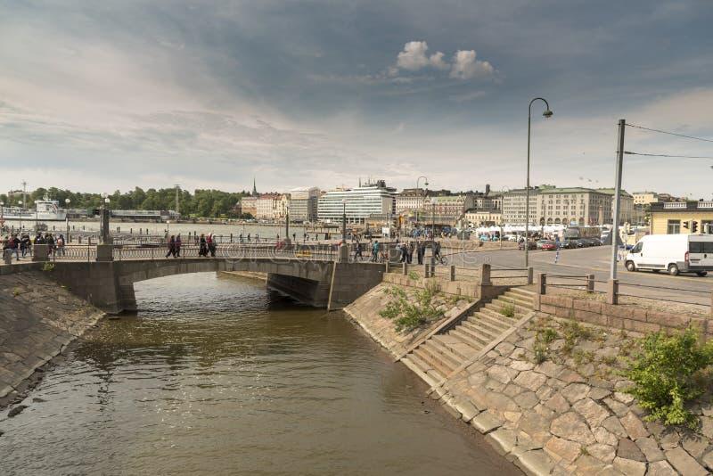 Most między główną Helsinki i Katajanokka wyspą obrazy stock